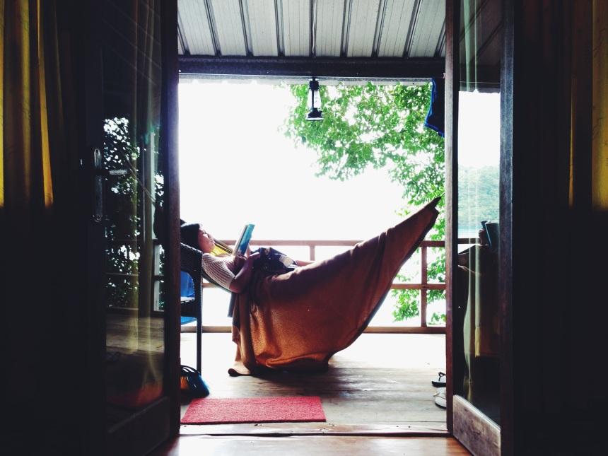 Baca buku dengan suasana  damai