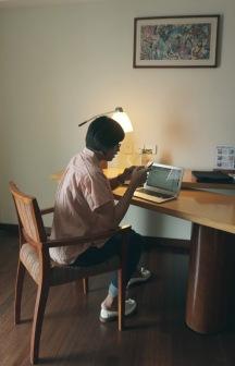 Begitu liat meja kerja langsung reflek ngerjain deadline yang belom kelar XD